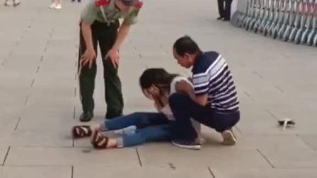 年轻女子突然晕倒,兵哥哥立即上前询问有没有事,是否需要救护车,在旁的父亲说没事。网友:你弯腰的样子真帅!