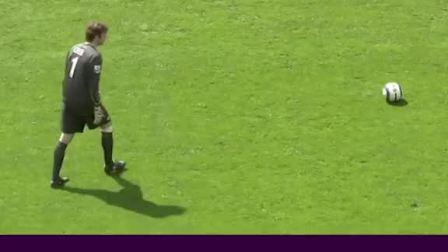 你能说出从接球到破门他一共碰了几次球吗?