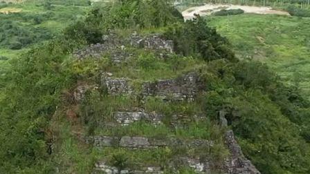 贵州一山顶上的废弃城堡,一老人在上面隐居,与世无争!