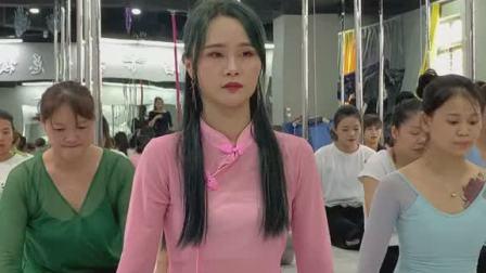 咱们YOYO老师也来练习一下中国舞基本功,做全能型舞蹈教练
