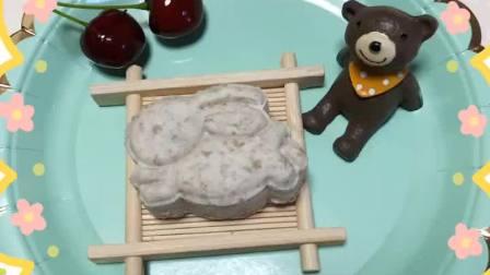 纯手工制作的宠物月饼,6种口味,鸭肉山药、鸡肉紫薯、蛋黄芝士、南瓜燕麦、三文鱼海藻、鸡肉蓝莓。