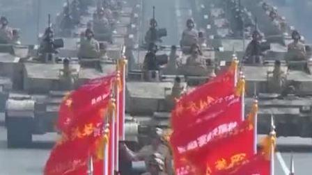 """22辆99A坦克呈""""箭""""形布阵,如战场霹雳,长驱直入。"""