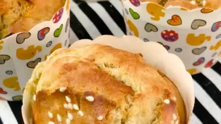 不用打发鸡蛋,所有材料搅一搅,轻松做出外脆里绵的香蕉玛芬蛋糕!