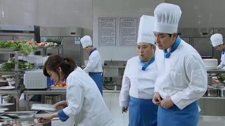 中国大厨叫韩国美女做川菜,看到美女刀工后,瞬间感到无力吐槽!