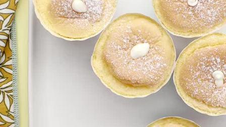 轻轻柔柔的北海道戚风,可以说是很基础的纸杯蛋糕了~#抖音美食制作人#戚风蛋糕
