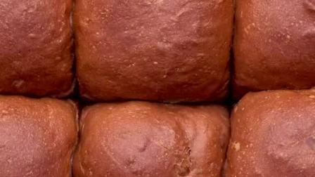 一次做16个小面包,可可味浓郁,好吃撕着吃~#抖音美食制作人#挤挤包