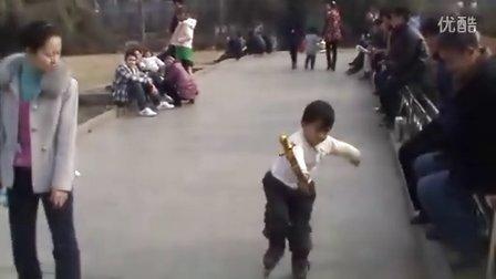 3岁轮滑高手!-单腿急下!(哥不是传说 不要迷恋哥)