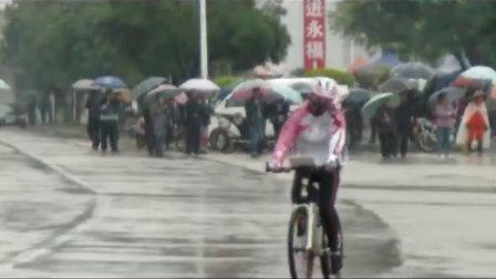 【拍客】暴雨中的山地车公路赛