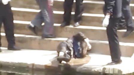[拍客]昆明大观河闸桥下打捞起一具老年女尸