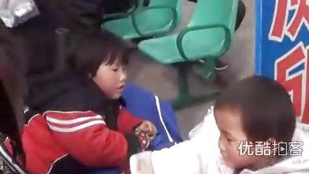 【拍客】实拍车站小候鸟随父母赴温州