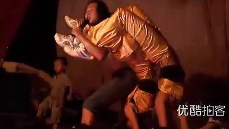 【拍客】美女戏帅哥骑脖子到翻身