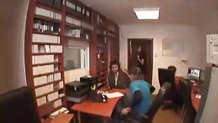美女恶搞办公室的人