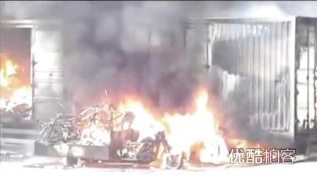 【拍客】物流货车自燃价值百万货物十几分钟被烧毁