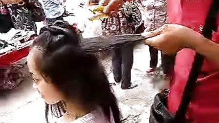 漂亮女孩削剪长发