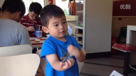 【3岁】10-4哈哈跟爸爸妈妈在肯德基吃早餐IMG_4757