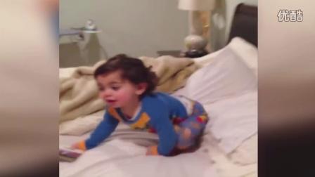 【冯导】小女孩子睡觉前搞笑逃离房间 笑翻妈妈