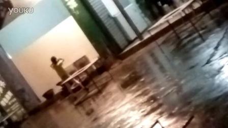四川省凉山自治州冕宁小东河火盆烧烤店里女人打架暴力极喽!????????