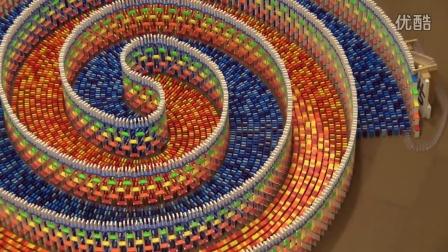 【冯导】美女搭建惊人的螺旋状多米诺骨牌15000块完美倒塌