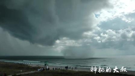 发现海面异常赶紧回屋,过了几分钟拍摄者庆幸自己跑得快