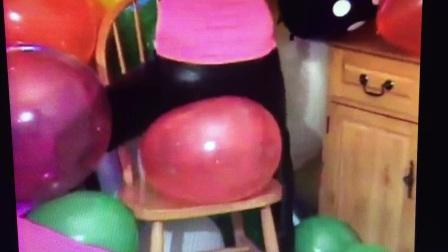 美女坐爆气球