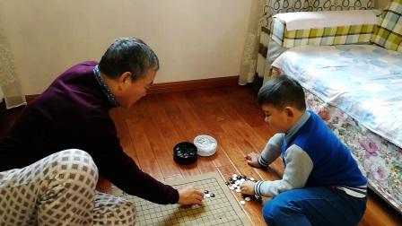 【6岁半】11-19哈哈跟爷爷坐在地上下围棋VID_132954