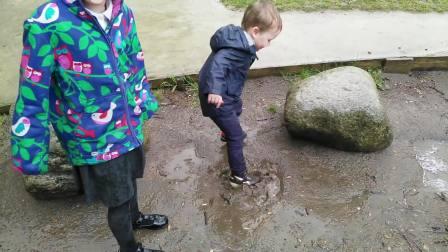 英国姐弟雨后踩水,鞋子湿透