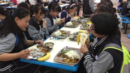 成都市三原外国语学校的学生用餐