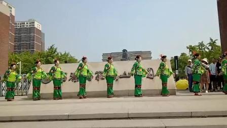 中国老年艺术团唐山俏夕阳舞蹈队在矿山公园喜迎旅游专列八方游客[唐山欢迎您2019