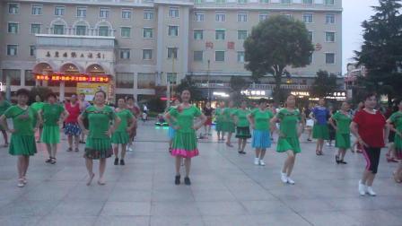 杨三元广场舞:《阿哥阿妹》