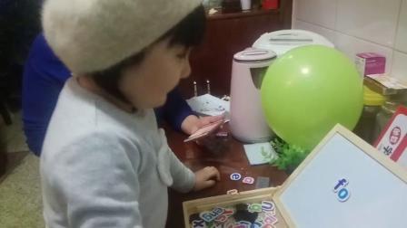 """亲子任务一一启蒙教育一一幼儿粘贴拼音方式可以区分""""fauo""""并认读音节""""fa,fo,fu""""四声"""