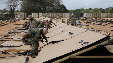 关岛德德多美海军第75特遣队工兵搭建医疗帐篷应对疫情
