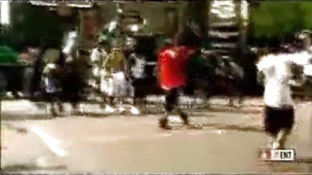 看看16岁时的Chris Brown是怎么玩街球的
