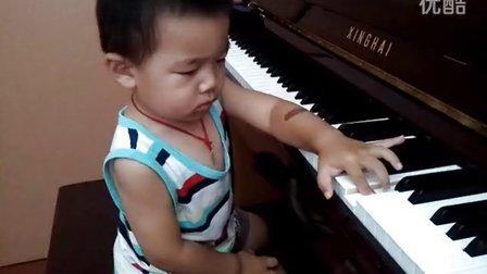 一岁9个月 弹琴