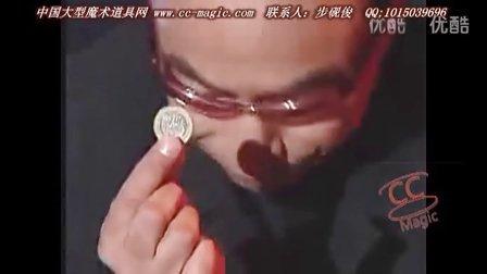 裸体美女身上玩硬币,魔术师有眼福了