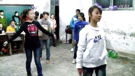 农村初中的学生们用自编自导的舞蹈来庆祝元旦