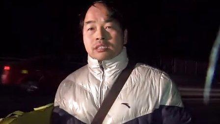 浙江宁波:雪夜高速上面包车起火 造成多辆车子连环追尾