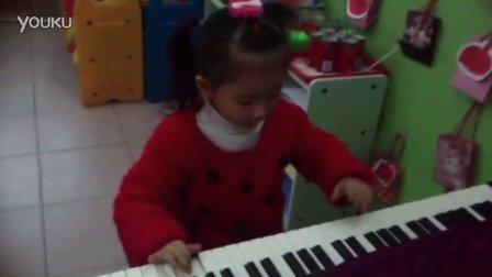 """小萌妞""""煞有介事""""弹钢琴,超有范!"""