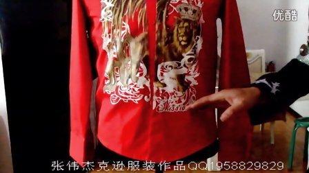 杰克逊<就是这样电影里>,排练时穿着红色狮子衬衣