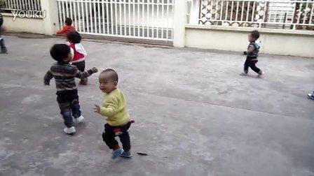 精婴早期教育中心——A班户外跑步