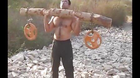印度小伙条件艰苦的健身 - 这杠铃实在忒有创意了!