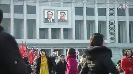 朝鲜男女青年在广场上挑起朝鲜式欧洲宫廷舞庆祝金正日71岁生日