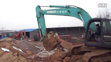 龙口市大成挖掘机培训学校--挖掘机上车培训演示
