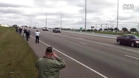 第一狙击手克里斯凯尔的葬礼车队,看看民众对一个老兵的尊重