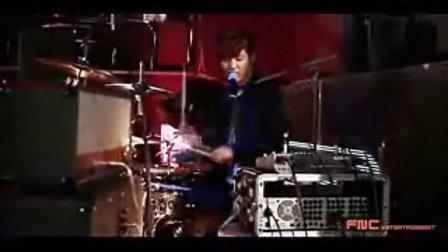 韩国乐队CNBLUE鼓手姜敏赫帅气嗨打《I m Sorry》
