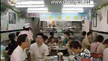 记者陈晶晶在银记肠粉店体验工作