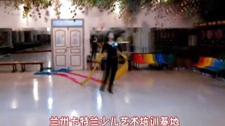 """兰州卡特兰少儿艺术培训基地小费老师在练12米长的""""飞天""""长绸舞"""