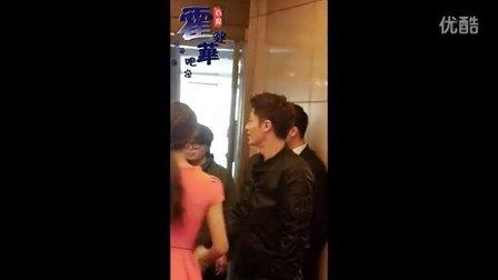 华哥参加优酷名人坊走出电梯