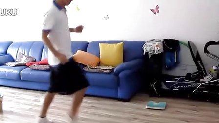 白袜脱鞋跳舞 白袜踩踏地板