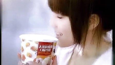 蒙牛奶冰淇淋大果粒酸奶杯广告