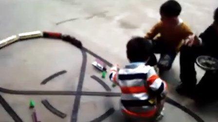 同小朋友一起玩新火车